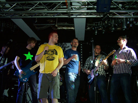 """mit auf der Bühne: David und Tödi von Villa Rock beim Song """"Geld für Bier"""""""