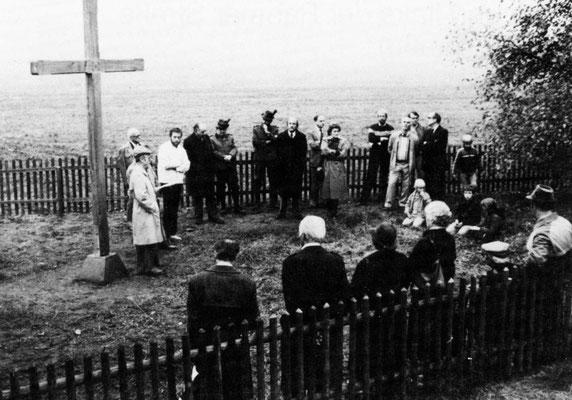 Einweihung des neuen Speekreuzes und Pflanzung einer jungen Eiche 1982 auf Initiative des Angermunder Kulturkreises .