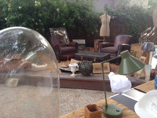 Petite lampe articulée, vase médicis, maquette de bateau