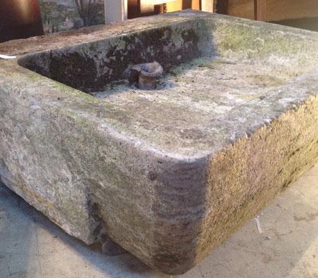 évier en pierre avec son embout en plomb