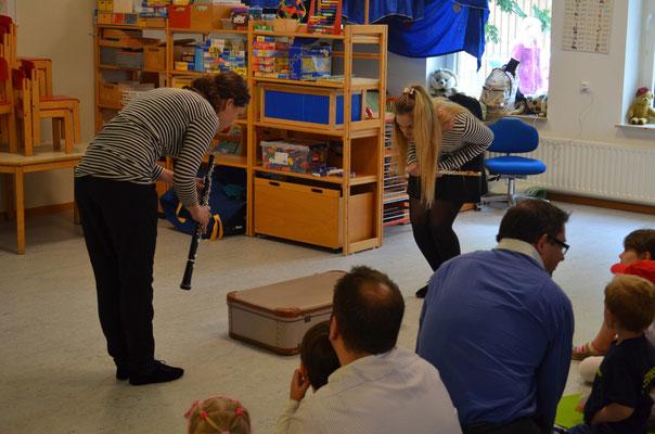 """Mit ihrem Musiktheater-Stück """"Musikalische Mäntel"""" waren die beiden beim Sommerfest 2015 des Kindergartens dabei. Zentral: ein geheimnisvoller Koffer..."""