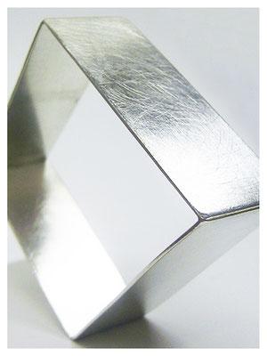 Armreif aus Silber ungewöhnlich und modern