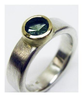 Silberring mit Goldfassung und grünem Turmalin, Spiegelschliff