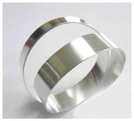 Doppeltes Silberband als Armreif zu tragen