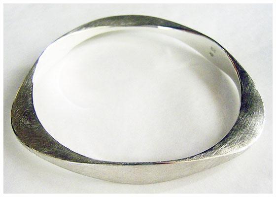 Silberarmreif, handgeschmiedet, 3er Querschnittverformung, 250€