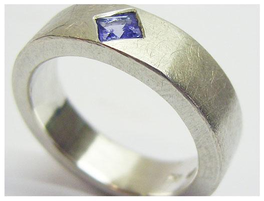 Schlichter Ring, Silber mit eingeriebenem Tansanit, Carré 5 x 5mm