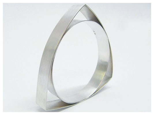 Extravaganter Armreif aus Sterling Silber.