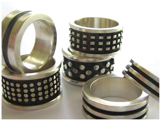 Verschiedene breite massive Ringe in Silber, klare moderne Gestaltung