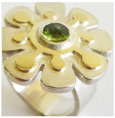 Floraler Silberring mit Goldauflage und Turmalin