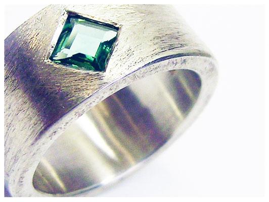 Schlichter breiter Sterling Silber Ring mit eingeriebenem Turmalin, auch als Männerring geeignet.