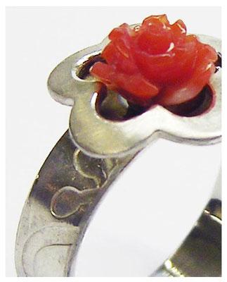 Silber Ring für den Frühling mit Koralle und Blumendekor