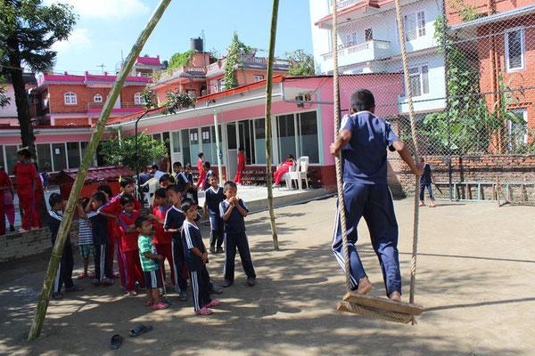 Zu Dashain errichtete Bambusschaukel. (2016)