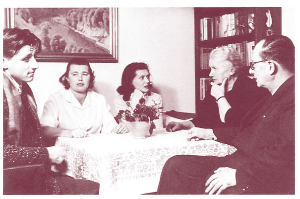 Gertrud Kurz (rechts) mit ungarischen Flüchtlingen 1957