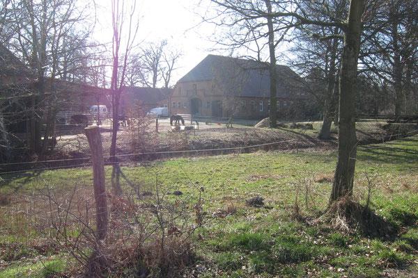 Idyllischer Blick auf den Hof, die Ferienwohnungen und die Pferdeunterbringung