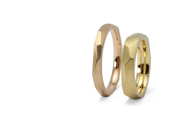 Lovestory Wedding Bands in red and yellow gold