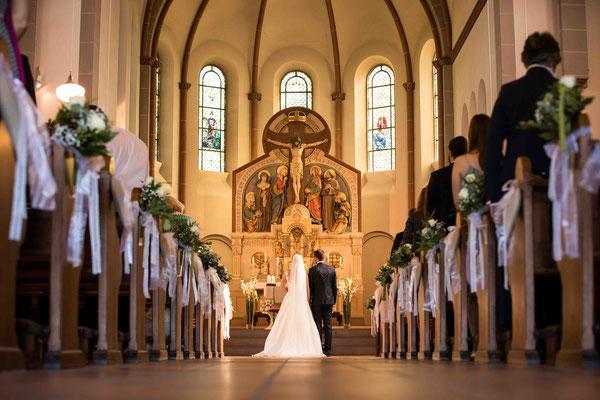 Katholische Kirche St. Walburga Winkel Hauptstraße 48 65375 Oestrich-Winkel, Übersichtsaufnahme, Hochzeitsbilder, Hochzeitsfoto, Hochzeitsfotograf St. Walburga Oestrich Winkel, Fotograf für Hochzeiten,