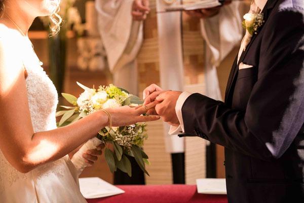 Katholische Kirche St. Walburga Winkel Hauptstraße 48 65375 Oestrich-Winkel, Trauung Ringtausch, Hochzeitsbilder, Hochzeitsfoto, Hochzeitsfotograf St. Walburga Oestrich Winkel, Fotograf für Hochzeiten,