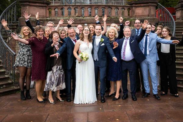 Standesamtliche Hochzeit, Gruppenfoto, Standesamt Höchst Bolongaropalast, Seilerbahn 2, 65929 Frankfurt am Main, Brautpaar im Emmerichpavillon Bolongaropalast