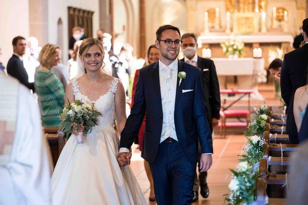 Katholische Kirche St. Walburga Winkel Hauptstraße 48 65375 Oestrich-Winkel, Auszug bei der Hochzeit, Hochzeitsbilder, Hochzeitsfoto, Hochzeitsfotograf St. Walburga Oestrich Winkel, Fotograf für Hochzeiten,