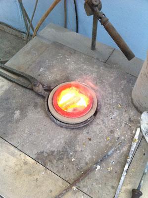 Le métal commence à entrer en fusion.