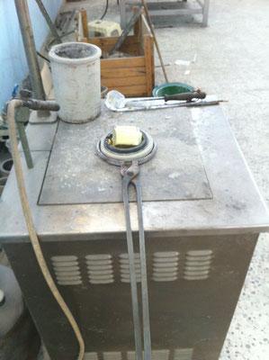 Four avec lingots de métal (ici bronze) qui va fondre à 1050 °C