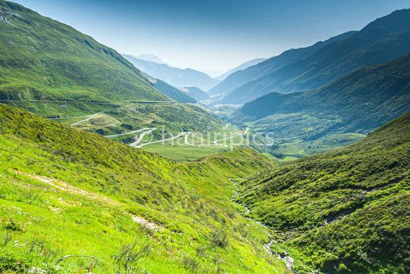 Blick auf Oberalpstrasse und Tujetsch