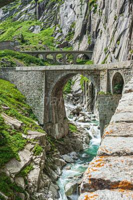 Alte Steinbrücke mit Eisenbahnbrücke