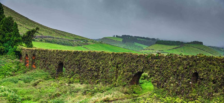 Alter Aquädukt im Hochland