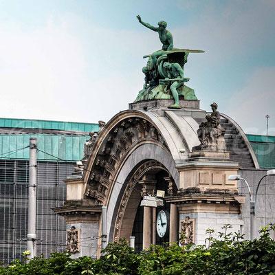 """Alter Bahnhofsbogen, Bronzestatue """"Zeitgeist"""""""