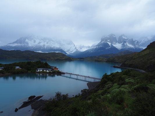 Die Hosteria Pehoe am Lago Pehoe, rechts sind die Cuernos del Paine