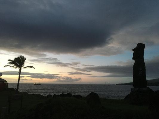 Was für ein Sonnenuntergang: Die Osterinsel mit ihren Moais sieht aus wie Abenteur
