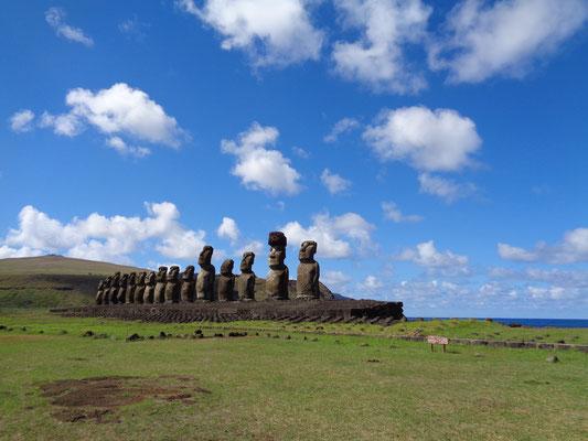 Auf dem Ahu Tongariki stehen gleich 15 Moais nebeneinander