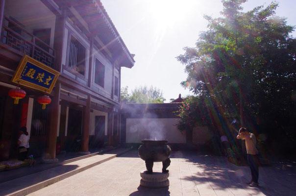 寺院を訪れる人々は皆、敬虔な姿勢でお参りをします。