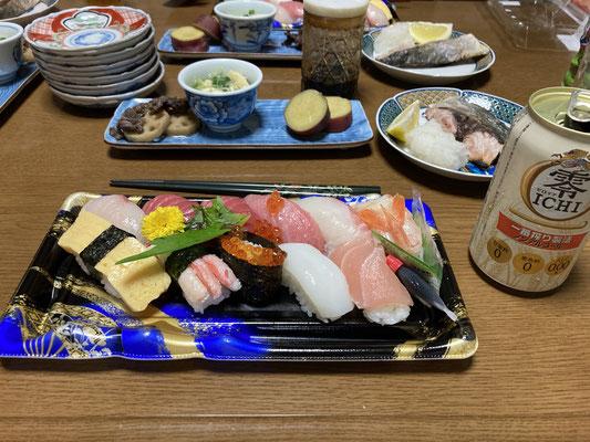 お魚さんが入っているスーパーのお寿司はネタが良い!