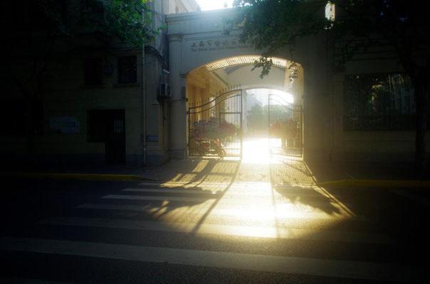 上海の朝!学校の入り口です!