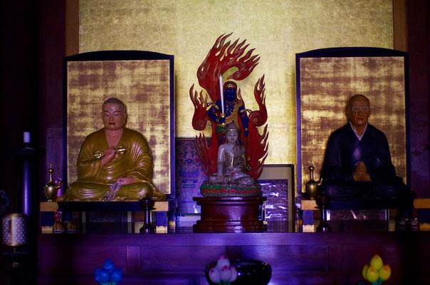 不動明王を真ん中に左が空海(弘法大師)、右が師匠の恵果阿闍梨です!