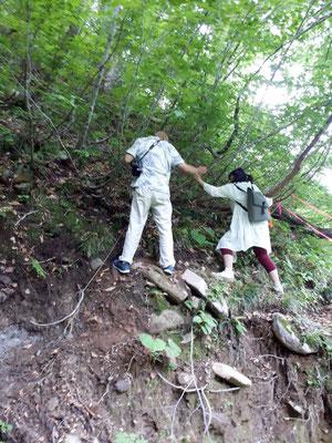 崩れた崖にへばり付きながら進む!