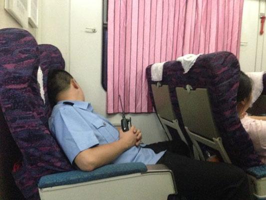 明け方の乗務員!日本ではあり得ない風景!