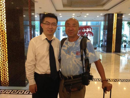 上海のホテルの支配人! 朝に西安からの夜行列車でついて8時だというのにノーチャージでアーリーチェックインさせてくれたり自転車を手配してくれたりと親切にしてもらいました!