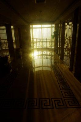 早朝のホテルのエレベーターホールにて!