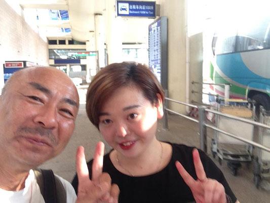 飛行機に乗り遅れて途方に暮れていた所、彼女がホテルを手配してくれました!翌日も指定された時間に空港にいくともう一つの空港へ行くバスの乗り場へ案内してくれました!