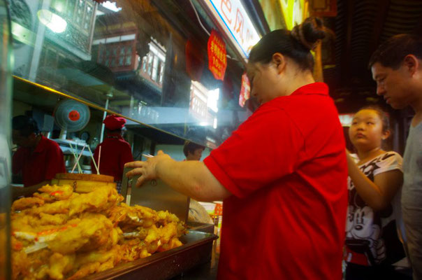 豫園(よえん)近くの繁華街で!ノーファインダーでとりました!見えているのは上海蟹の揚げたの! 殻付きをどうやって食べるのか?