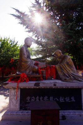 恵果空海記念堂の前にある銅像です第七祖・恵果から密教を受ける第八祖空海!ここ中国でも日本と同じくらい空海の扱いは最上です!