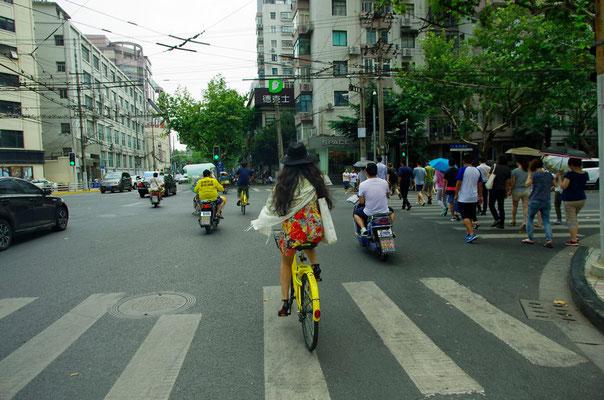 自転車で街を散策していたら前を行く女性が素敵なので思わず運転しながら撮ってしまいました!