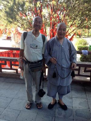 西安の青龍寺は2回行きました!1回目に僕が来たことを覚えていてくれたお坊さん!2回目の時は(もちろん中国語で)『おーおまえ!また来たか!そうかそうか良く来たな』と手厚いもてなしをしてくれました!寺院の中も普段は入れないところまで入れてくれて仏像の説明などしてくれ、帰りにはお供えのお下がりとして桃やミカンを沢山、袋に詰めてわたしてくれました!言葉は分からなくとも彼とは一番意思の疎通が出来たような気がします!