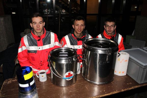 Foto: Rainer Hauenschild: Das Rote Kreuz verteilt kostenlos Glühwein und Kinderpunsch