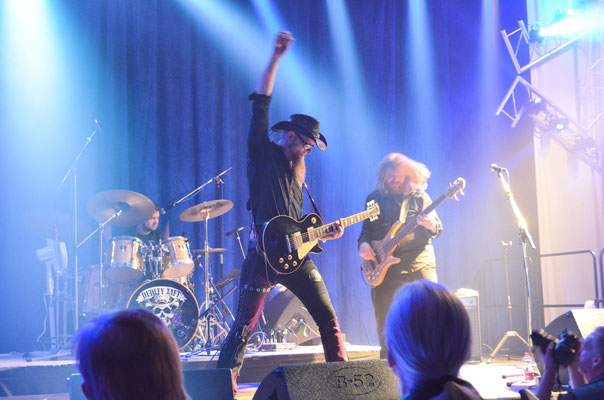 27. April 2018: Dudley Taft (Gitarre) und seine Bandkollegen Marty McCloskey (Schlagzeug) und Kasey Williams (Bass) rocken die Earth-Music-Hall in Wetter. © Dorothee Hoppe, WP/WR