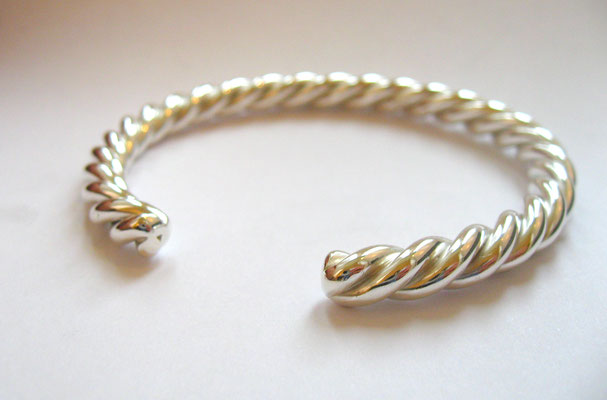 gedrehte Armspange aus Silber