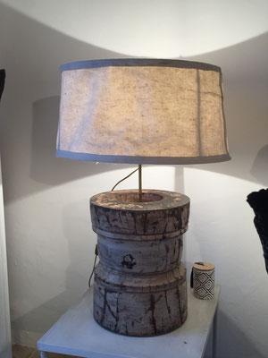 objet africain détourné en lampe, patine blanche poncée, abat jour en tissus frotassé au ciment.
