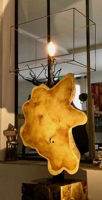 racine de bois exotique montée en lampe  (en cours de réalisation) Hauteur avec abat jour 121 cm  Largeur 60 cm